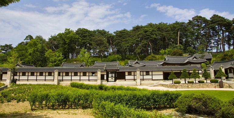 豪華な韓屋の精粋を見せる船橋荘邸宅