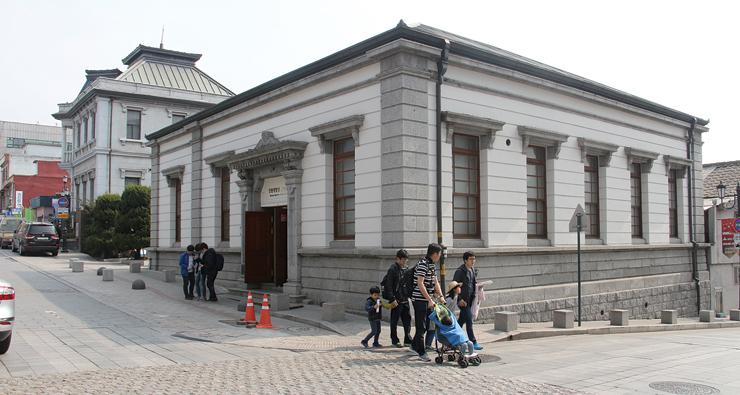 現在は近代建築展示館として運営されている日本第18銀行。その向こうが日本第58銀行。
