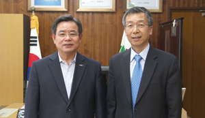 盧博來・舒川郡守(左)と(株)インターナショナルコミュニケーションの李漢錫・代表理事。