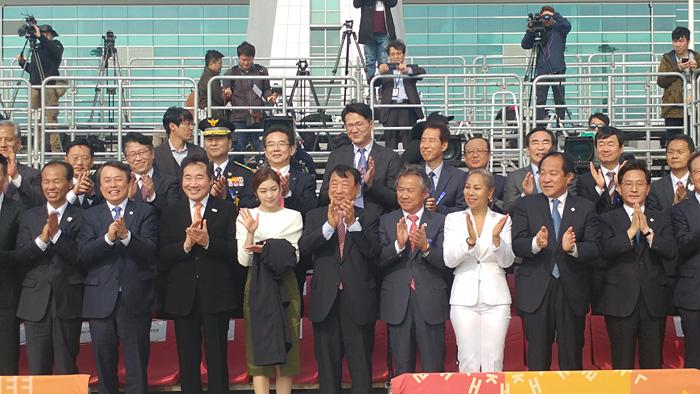 聖火歓迎式に参加した貴賓たち