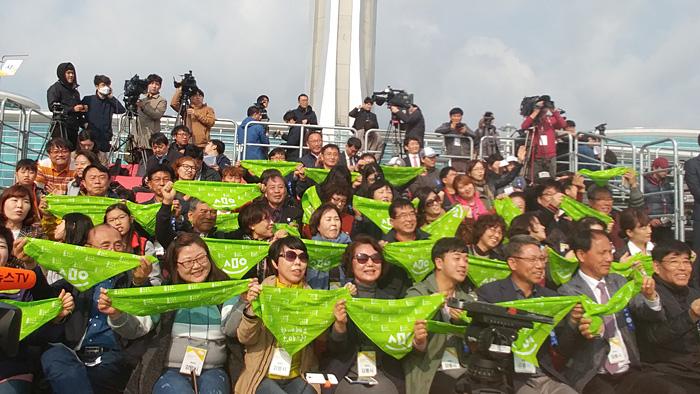 聖火歓迎式には750人の市民が参加した